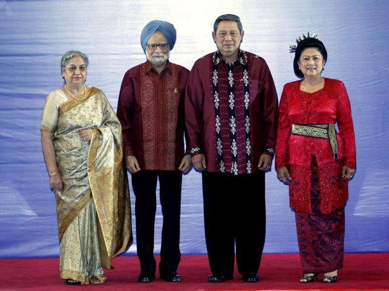 Prime Minister Manmohan Singh and his wife Gursharan Kaurpose with Indonesia's President Susilo Bambang Yudhoyonoand his wife Kristiani Yudhoyono before the East Asia Summit gala dinner in Nusa Dua, Bali (Reuters/Romeo Ranoco)