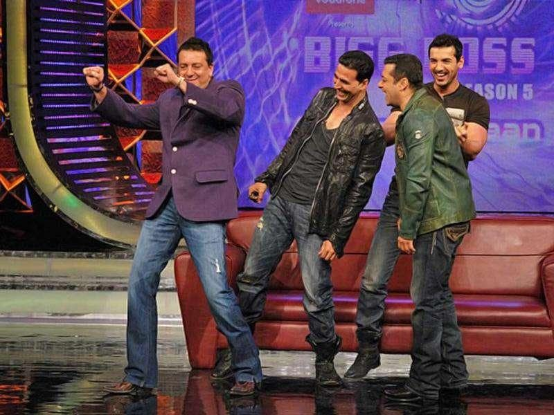 Sanjay Dutt shakes a leg while Salman, Akshay and John share a light moment together.
