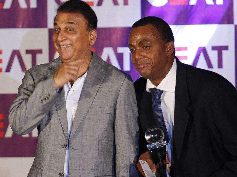 Courtney Walsh (Lifetime Achievement Award 2010-2011-West Indies) and Sunil Gawaskar pose for photographs during the Ceat Cricket Rating Awards 2011 at CCI in Mumbai. HT Photo by Sattish Bate