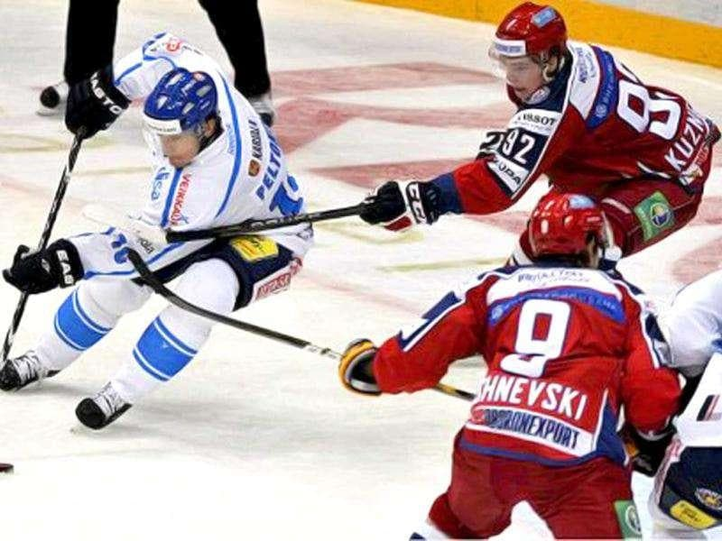 Finnish Ville Peltonen (L) vies with Russian Evgeny Kuznetsov (R) during their ice hockey match Finland vs Russia at the Karjala Tournament, the first Euro Hockey tournaments, in Helsinki on November 10, 2011. AFP Photo / Kimmo Mäntylä