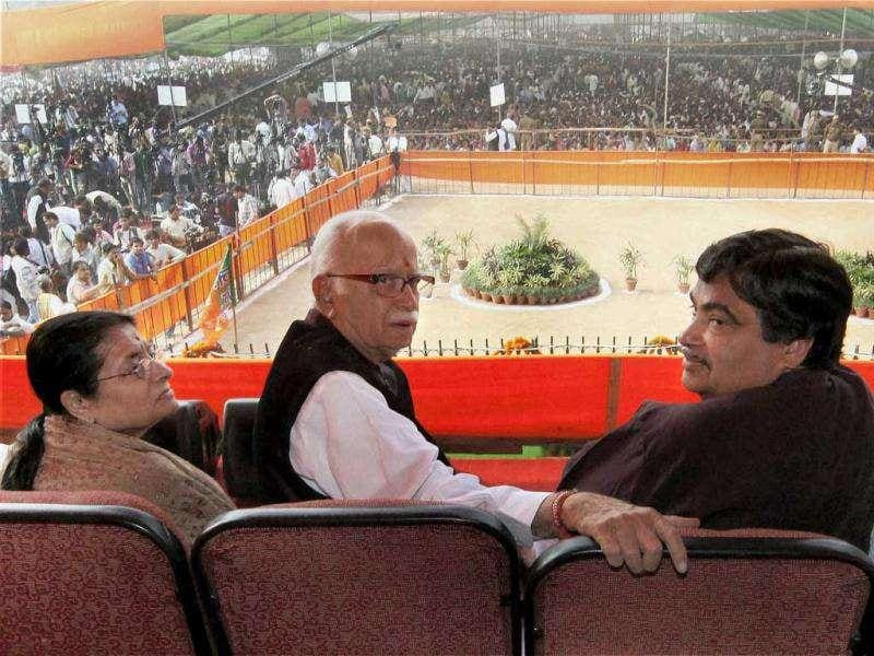 Senior BJP leader L K Advani, his wife Kamla Advani, party president Nitin Gadkari and Arun Jaitley during last public meeting of his 'Jan Chetna Yatra' at Ramlila maidan in New Delhi.