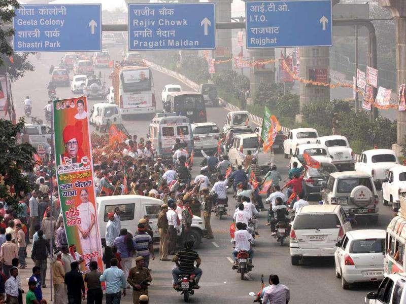 BJP volunteers welcome their leader L K Advani as his Jan Chetna Yatra reached Vikas Marg, in New Delhi. HT Photo by Arvind Yadav