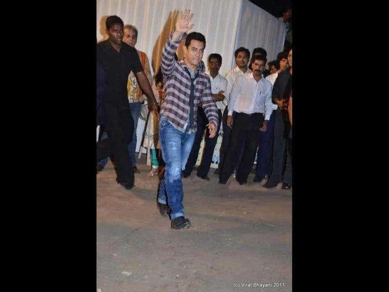 Actor Aamir Khan can be seen waving as he enters the reception.