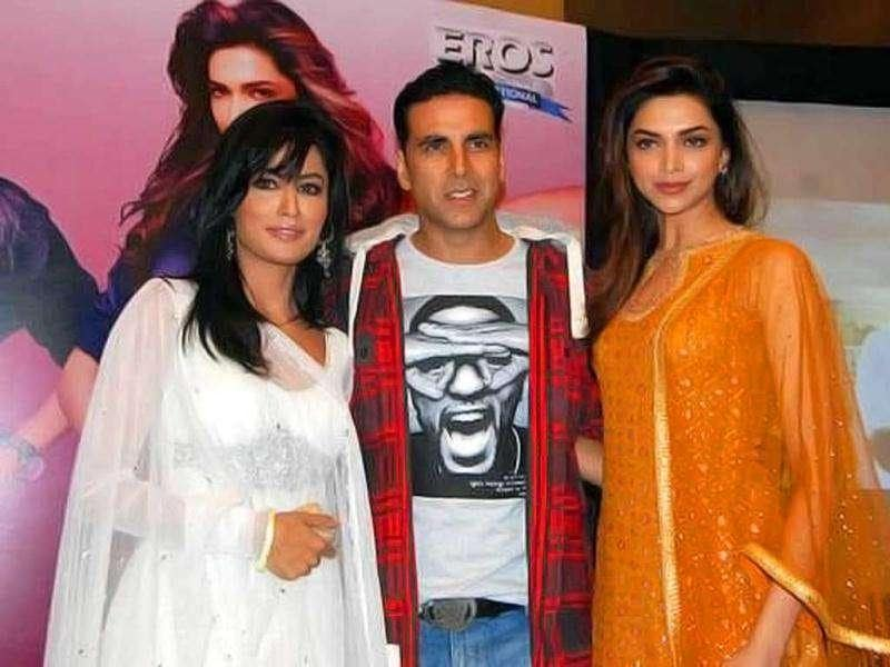 Akshay poses with the pretty ladies.