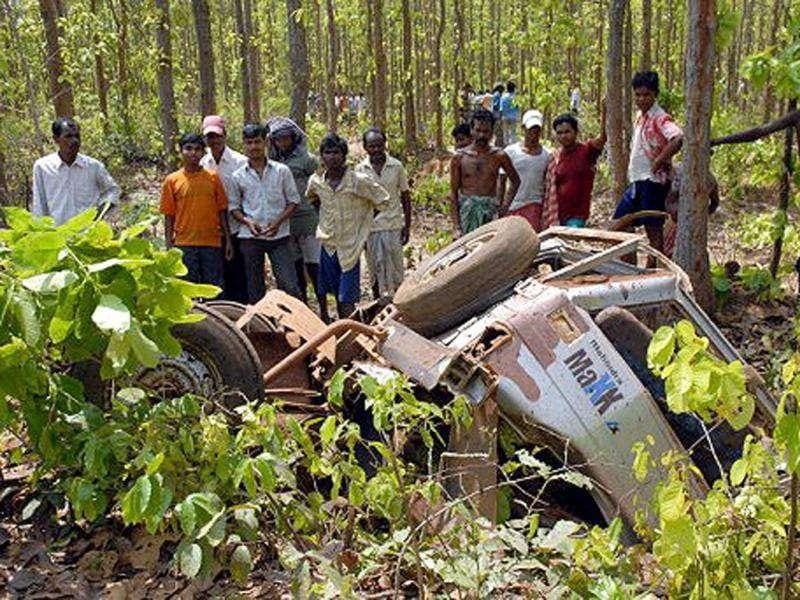 Villagers inspect a mangled vehicle the day after a landmine blast by suspected Maoists at Jamboni, some 210 km west of Kolkata, on May 1, 2009. AFP Photo