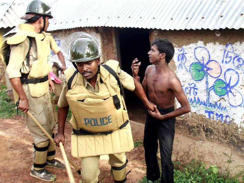 Police arrest a villager suspected to be a Maoist rebel in a violence-hit area of Pirakata near Lalgarh, some 165 km west of Kolkata on June 18, 2009. Reuters/Jayanta Shaw