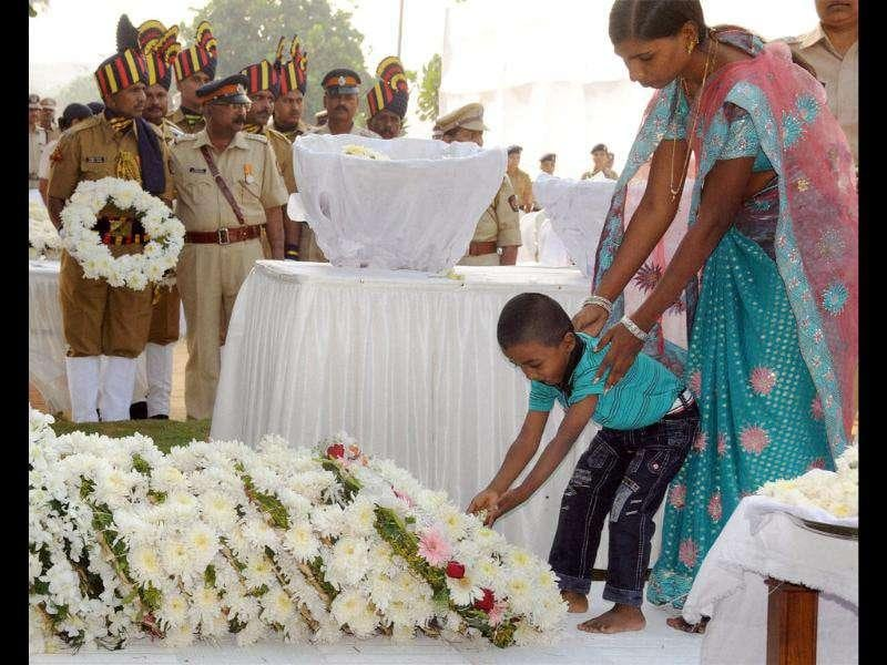 A kid pays tribute to the victims of 26/11 Mumbai terror attacks on its 3rd anniversary in Mumbai.