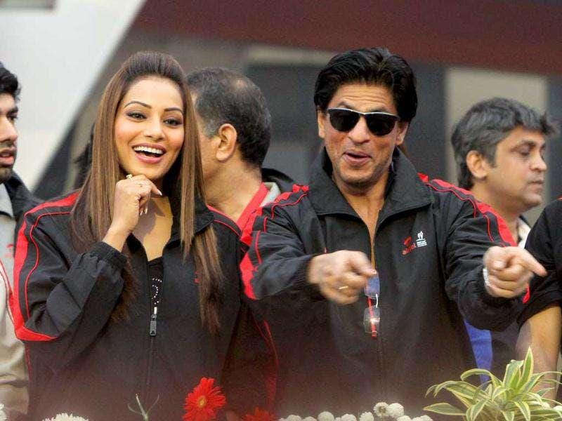 Bipasha and Shah Rukh can be seen sharing a light moment. (Photo: HT)