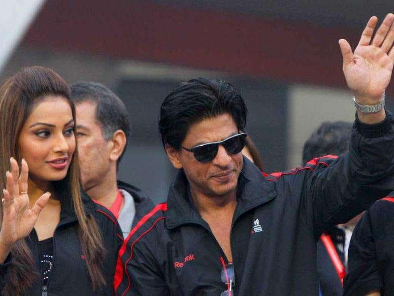 Bipasha and SRK wave at the joggers. (Photo: HT)