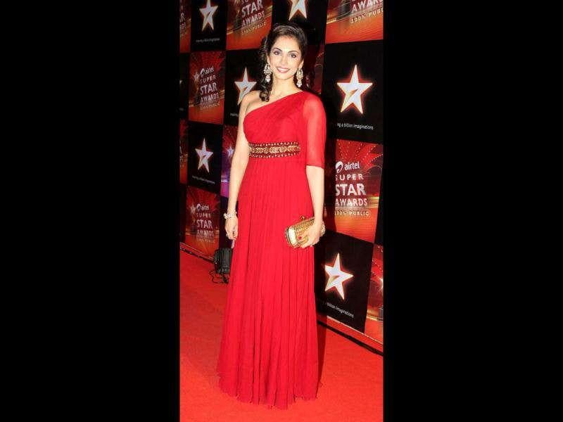 Isha Koppikar looked nice in a red gown at a recent awards ceremony. (AFP)