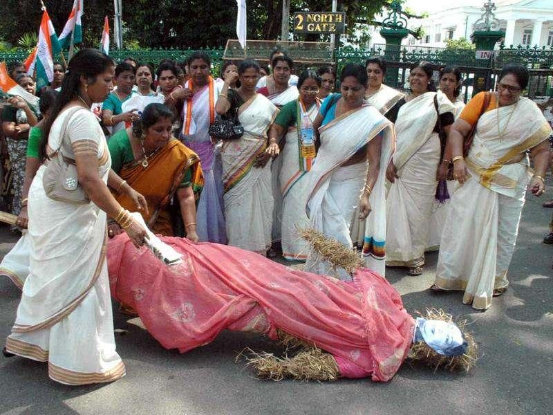 Mahila Congress activists burn the effigy of Tamil Nadu chief minister J Jayalalithaa in Thiruvanthapuram protesting against the Tamil Nadu stand against construction of a new dam at Mullaperiyar.