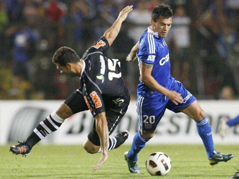Charles Aranguiz (R) of Chile's Universidad de Chile fights for the ball with Nilton of Brazil's Vasco da Gama during a Copa Sudamericana soccer match in Santiago.