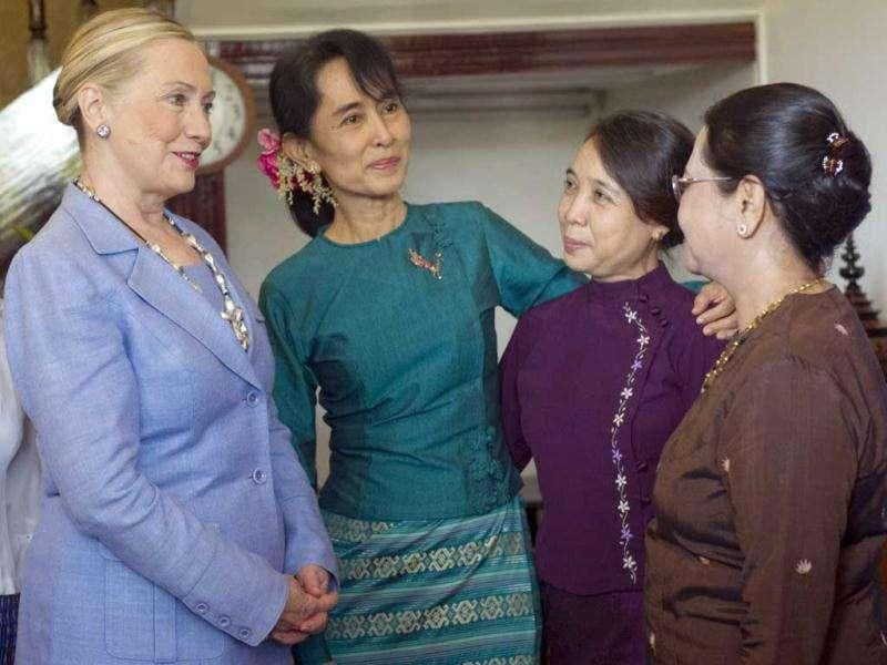Pro-democracy opposition leader Aung San Suu Kyi (C), US secretary of state Hillary Clinton and members of Suu Kyi's staff at Suu Kyi's residence in Yangon. (AFP/Pool/Saul Loeb)