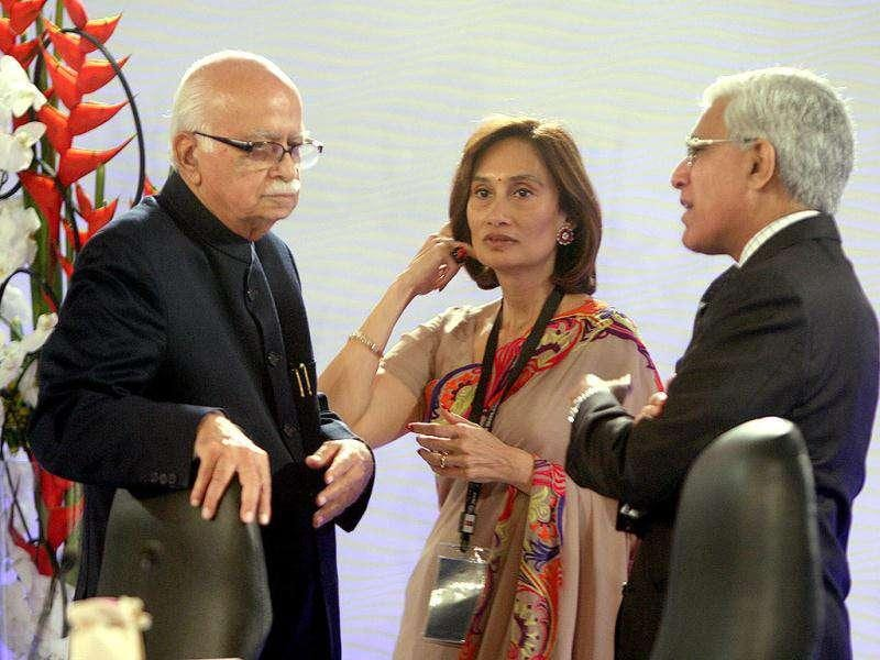 (L to R) Senior BJP leader LK Advani, chairperson and editorial director of HT Media Ltd. Shobhna Bhartia and Karan Thapar during the HT Leadership Summit 2011 at The Taj Palace Hotel in New Delhi. HT Photo/Subhendu Ghosh.