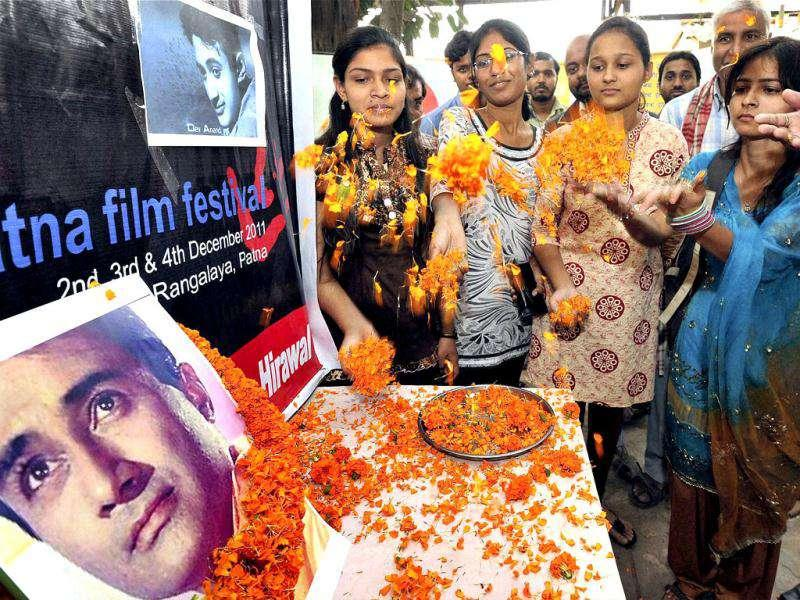 Artists paying floral tribute to the famous bollywood super star Dev Anand in Patna. The evergreen actor died of a cardiac arrest in London. (PTI Photo)