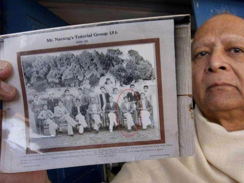 Bollywood superstar Dev Anand's relative Dr Vinod Anand showing an old picture of the legendary actor taken in 1940 with his classmates at Gharota village in Punjab's Pathankot district. (Munish Byala/HT)