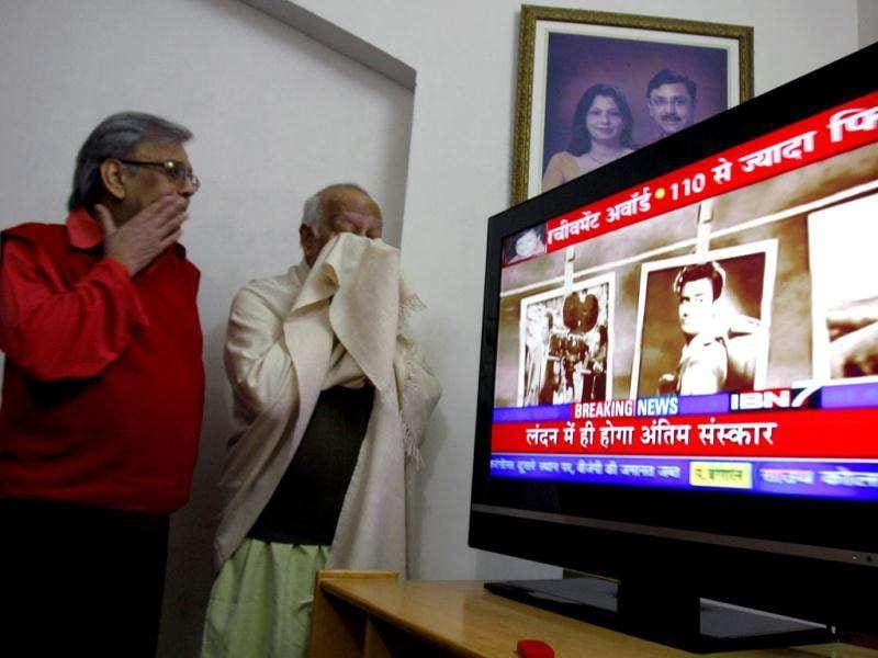Bollywood superstar Dev Anand's relative Dr Vinod Anand (R) couldn't control his tears while watching a TV programme dedicated to the legendary actor. (Munish Byala/HT)