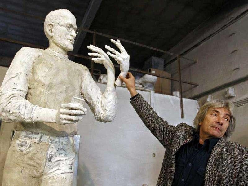 Hungarian sculptor Erno Toth tries various hand gestures on a model for a new bronze statue of late Apple co-founder Steve Jobs in Budapest. Reuters /Laszlo Balogh