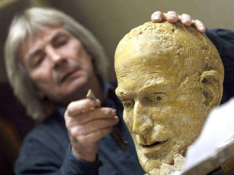Hungarian sculptor Erno Toth works on a wax model for a new bronze statue of late Apple co-founder Steve Jobs in Budapest November 18, 2011. Reuters /Laszlo Balogh