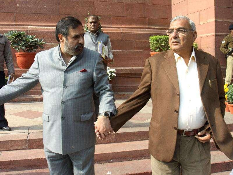 Commerce and industry minister Anand Sharma and Haryana CM Bhupinder Singh Hooda after attending Parliament Winter session, in New Delhi. HT/Sonu Mehta