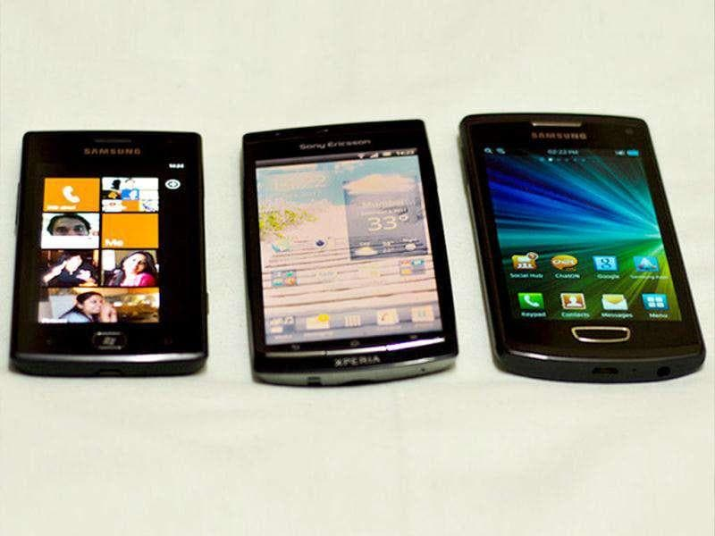 Brothers in arms :Samsung Omnia W, Sony Xperia Arc S, andSamsung Wave III [l-r].