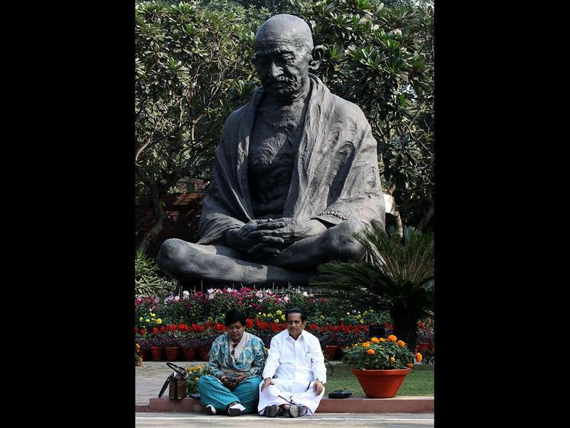 Rajya Sabha members Vasanthi Stanley and A A Jinnah sitting on a dharna in front of the Gandhi statue at Parliament House on Mullaperiyar Dam issue in New Delhi. (Sonu Mehta/HT Photo)