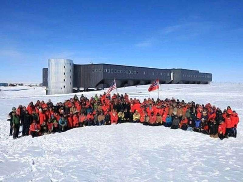 Norwegian Prime Minister Jens Stoltenberg and employees pose at outisde the Amundsen-Scott research base on the South Pole. Up to 150 people are expected to be at the Amundsen-Scott South Pole station on December 14, 2011 including a diplomatic party from Norway led by Norwegian Prime Minister Jens Stoltenberg to celebrate the 100th anniversary for Norwegian explorer Roald Amundsen being the first man to reach the pole. AFP