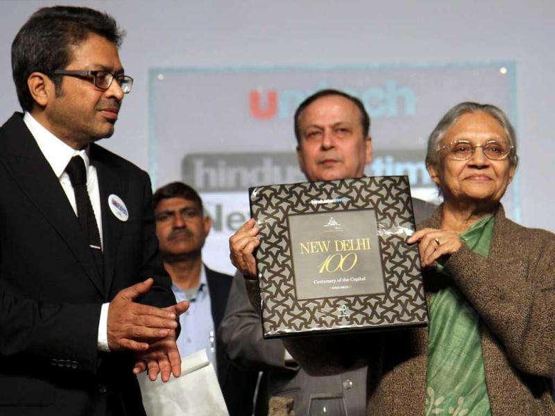 Hindustan Times editor-in-chief Sanjoy Narayan and Delhi chief minister Sheila Dikshit release a coffee table book at HT Conclave on Delhi 100 in New Delhi. HT/ Mohd Zakir