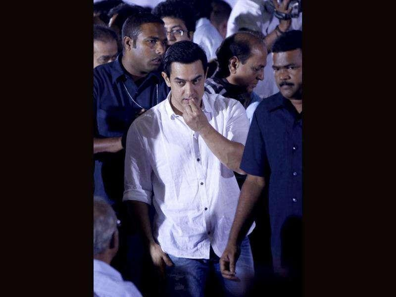 Bollywood superstar Aamir Khan greets people during a memorial service for legend Dev Anand. (HT Photo/Sattish Bate)