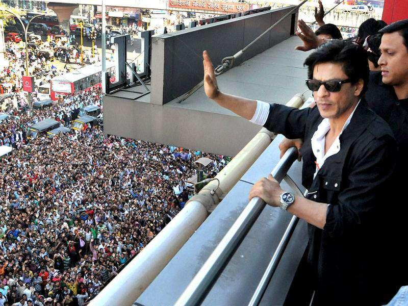 SRK waves at his fans in Nagpur.