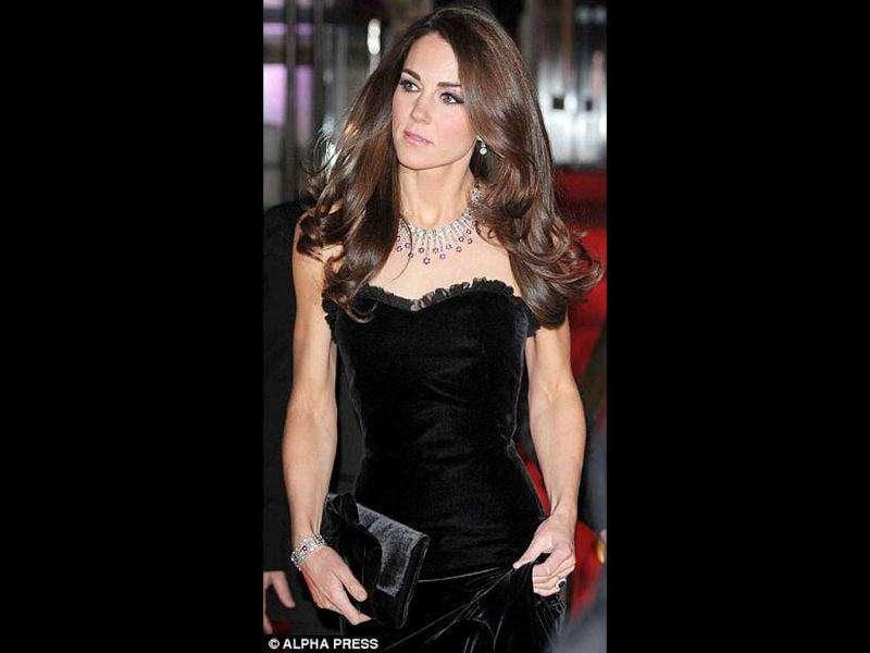 The gorgeous lady teamed up her black velvet full-length gown with a diamond-and-ruby necklace given by a mystery admirer on her wedding. (Getty Images)