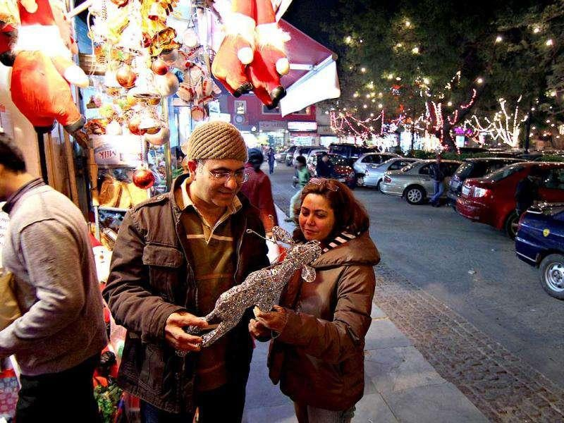 A couple shops for Christmas at Khan Market in New Delhi. (HT Photo/Jasjeet Plaha)