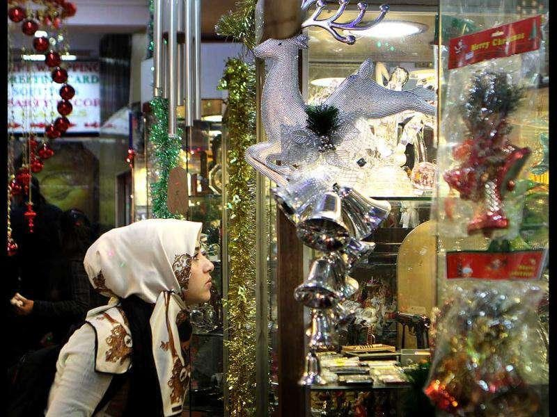 Girls shop for Christmas gift items at Giggles in Connaught Place, New Delhi. (HT Photo/Sonu Mehta)