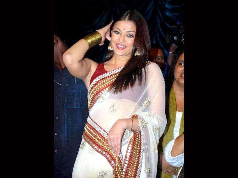 Aishwarya Rai's blouse was few notches short of the perfect length, revealing more than what she intended to.