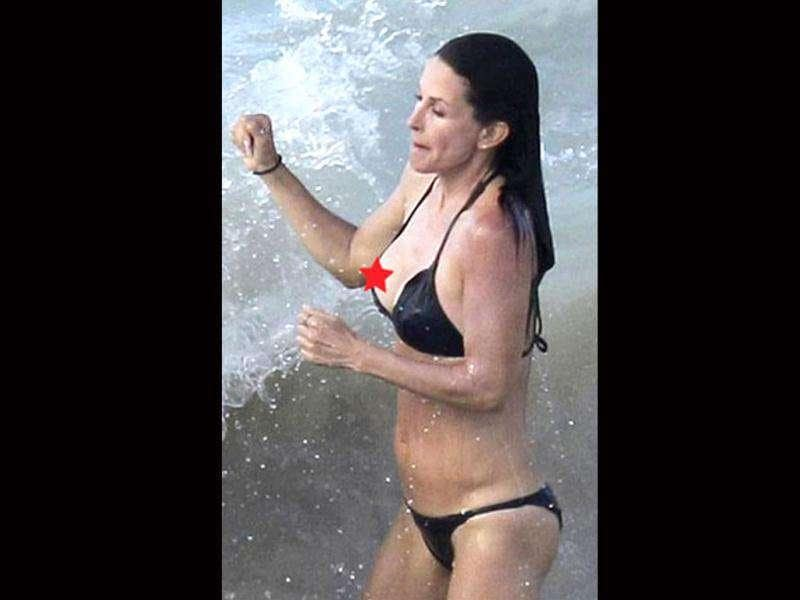 Courteney Cox's skimpy bikini ditched her while she was holidaying in St. Bart's.
