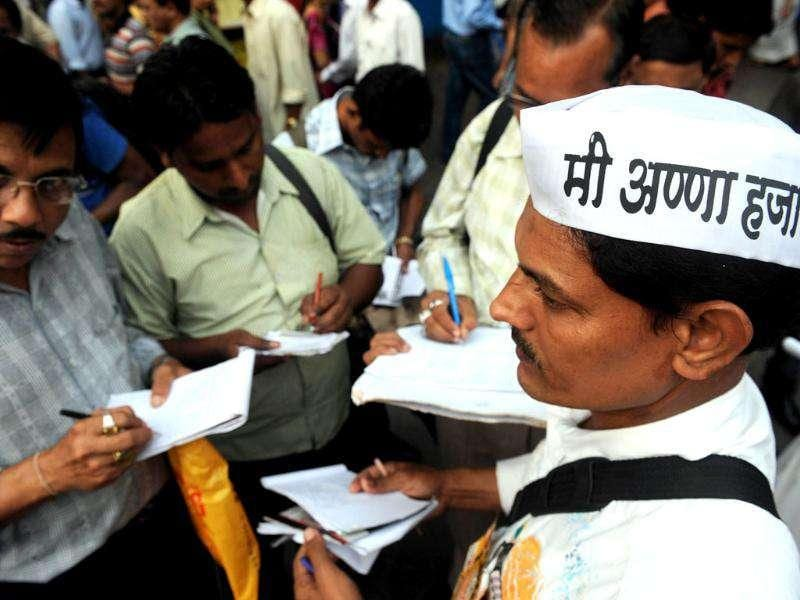 Mumbai citizens sign up in support of social activist Anna Hazare and his opposition to the proposed Lokpal Bill in its current form. AFP Photo