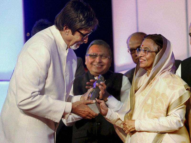 President Pratibha Patil presents Lokmat Maharashtrian of The Year Maanbindu Award to actor Amitabh Bachchan. (PTI Photo)