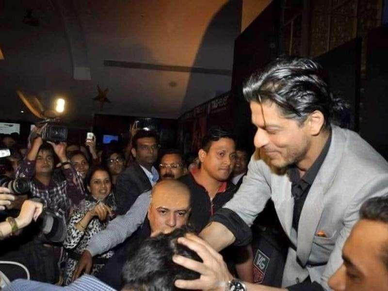 Shah Rukh meets excited fans.