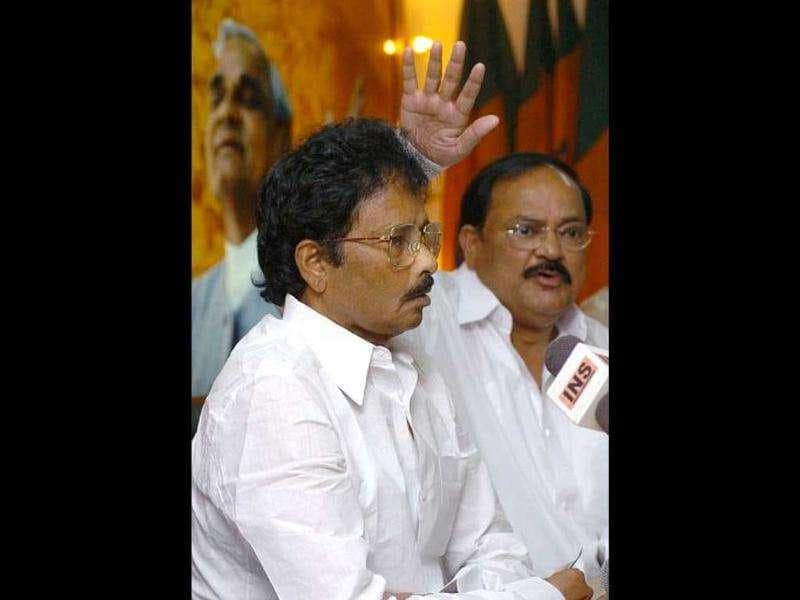 File picture of former Karnataka chief minister S Bangarappa (L) addressing the media as BJP leader Venkaiah Naidu gestures at party headquarters in New Delhi. Bangarappa passed away on Monday morning. AFP Photo