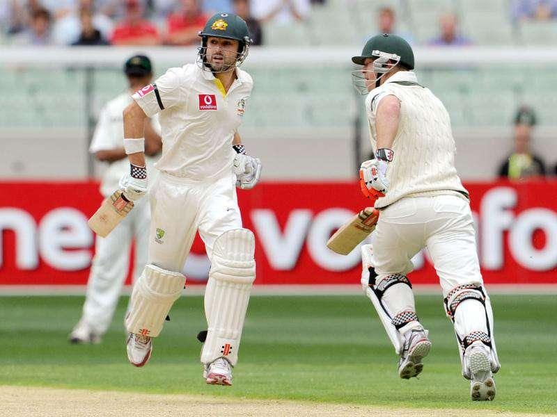 Australian batsmen Ed Cowan (L) and David Warner run between wickets on the first day of the first Test match between at the Melbourne Cricket Ground (MCG), in Melbourne. AFP Photo