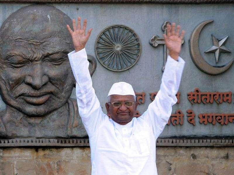 Anna Hazare greets the crowd as he prepares to embark on his 3 day-long fast at the MMRDA recreation ground in Mumbai. AFP Photo