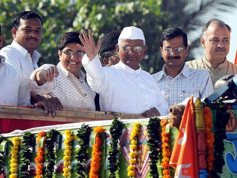 Anna Hazare (C) with Kiran Bedi and Arvind Kejriwal travels on an open vehicle to the MMRDA ground for a 3 day-long fast. AFP Photo