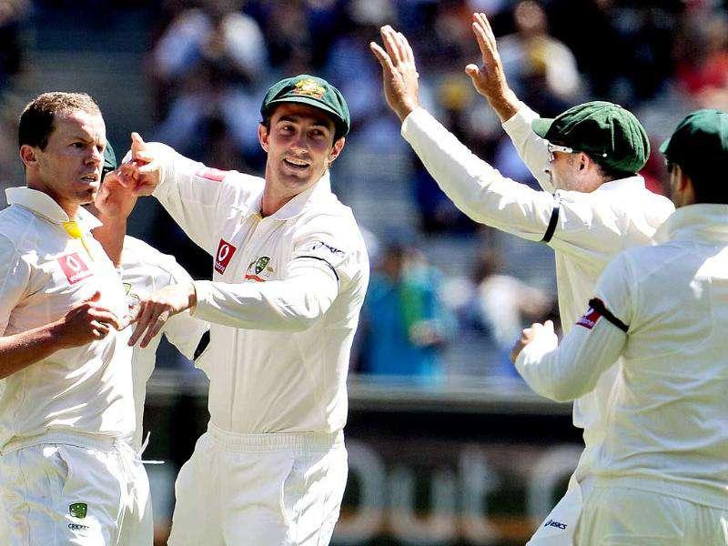 Australian paceman Peter Siddle (L) is congratulated by teammates after dismissing VVS Laxman on the third day of their first Test match at the MCG in Melbourne. AFP Photo
