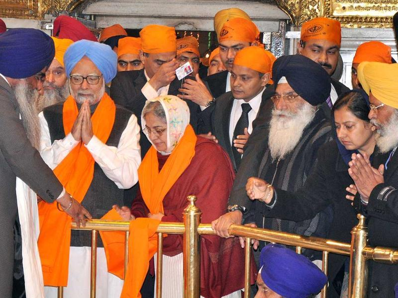 Head Granthi Harmandar Sahib Gaini Jaswinder Singh presenting a Saropa to Manmohan Singh and his wife Gursharan Kaur during their visit to Golden Temple. HT Photo/Munish Byala