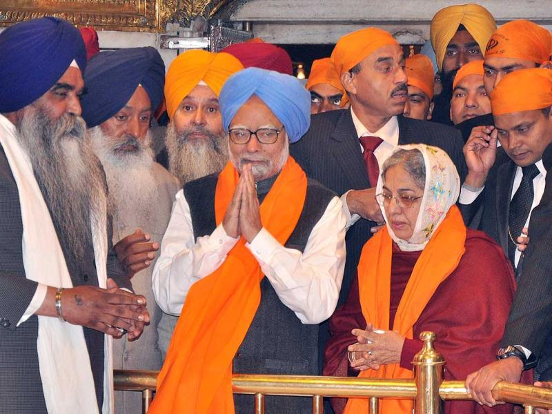 Manmohan Singh listening Gurbani Kirtan during his visit of Harmandar Sahib (Golden Temple) in Amritsar. HT Photo/Munish Byala