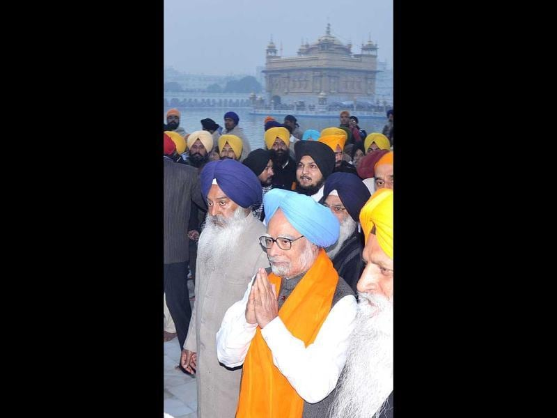 Manmohan Singh attending the Ardas at Sanctum Santorum of Harmandar Sahib in Amritsar. HT Photo/Munish Byala