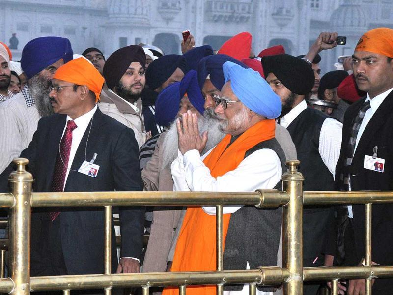 Manmohan Singh greeting devotees while going to pay obeisance at Sanctum Santorum of Harmandar Sahib in Amritsar. HT Photo/Munish Byala