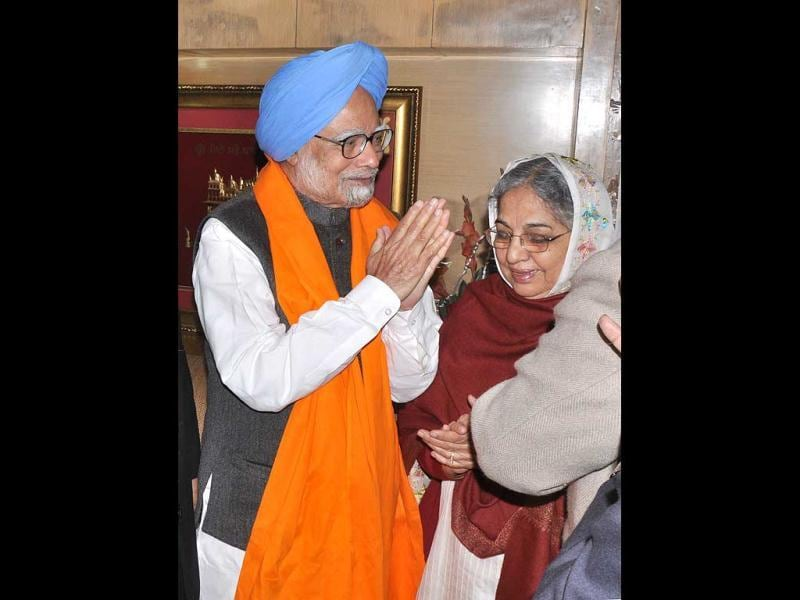 Manmohan Singh and his wife Gursharan Kaur greeting SGPC officials during his visit of Harmandar Sahib (Golden Temple) in Amritsar. HT Photo/Munish Byala