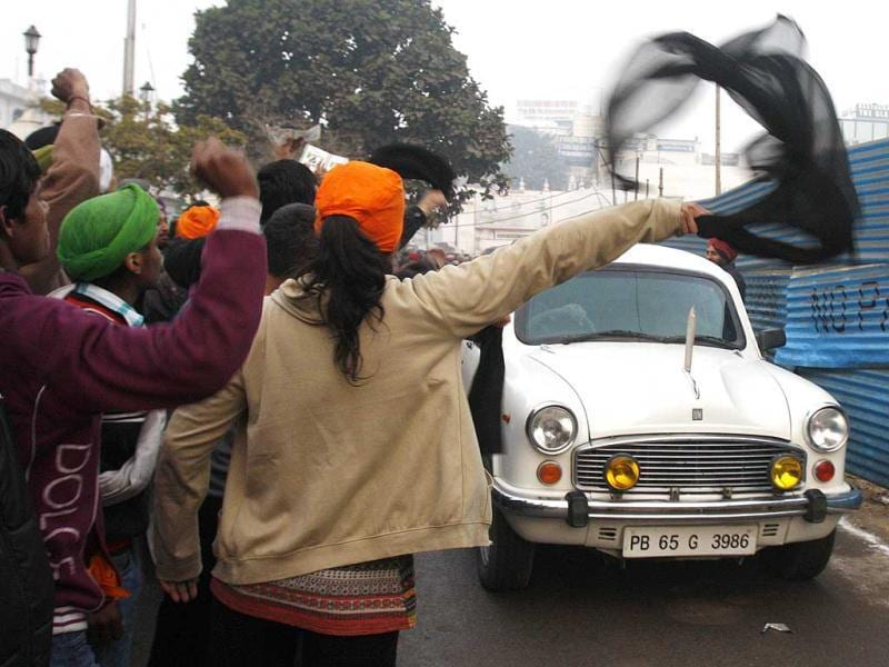Anna supporters show black flags during PM's Amritsar visit. HT Photo/Munish Byala