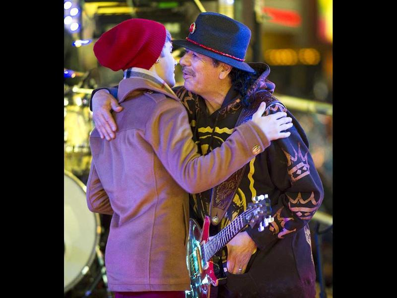 Justin Bieber and Carlos Santana embrace during the New Year's Eve celebration in Times Square in New York. AFP photo/Don Emmert
